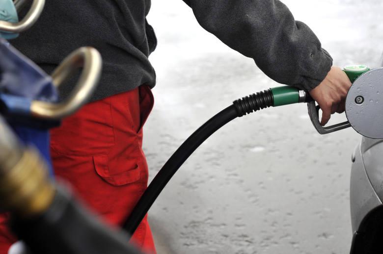 Na obniżki cen paliw na razie nie mamy co liczyć. Według danych serwisu e-petrol.pl benzyna, ropa i gaz nadal będą o wiele droższe w porównaniu z wrześniem