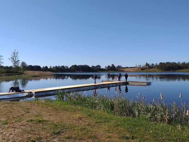 Na jeziorze w Borzyszkowach gmina Lipnica wykonała nowy pomost. Zastąpił stary, który był zużyty i wyeksploatowany. Nowy pomost na 26 metrów długości