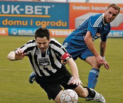 Jano Frohlich (z lewej) w pojedynku z Łukaszem Szczoczarzem FOT. Piotr Bałut
