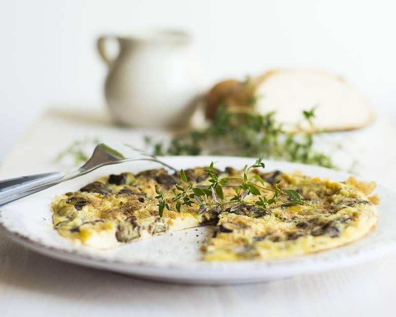 Składniki (1 porcja):• 2-3 jaja,• dowolne warzywa (ok. 200 g) np. cukinia, cebula, pieczarki, szpinak, papryka, pomidor, mieszanka mrożonych warzyw (każde,