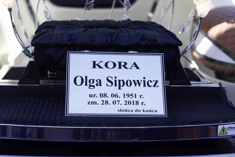 Pogrzeb Kory. Wokalistkę Maanamu pochowano na warszawskich Powązkach. Kto towarzyszył jej w ostatniej drodze? Zobaczcie zdjęcia