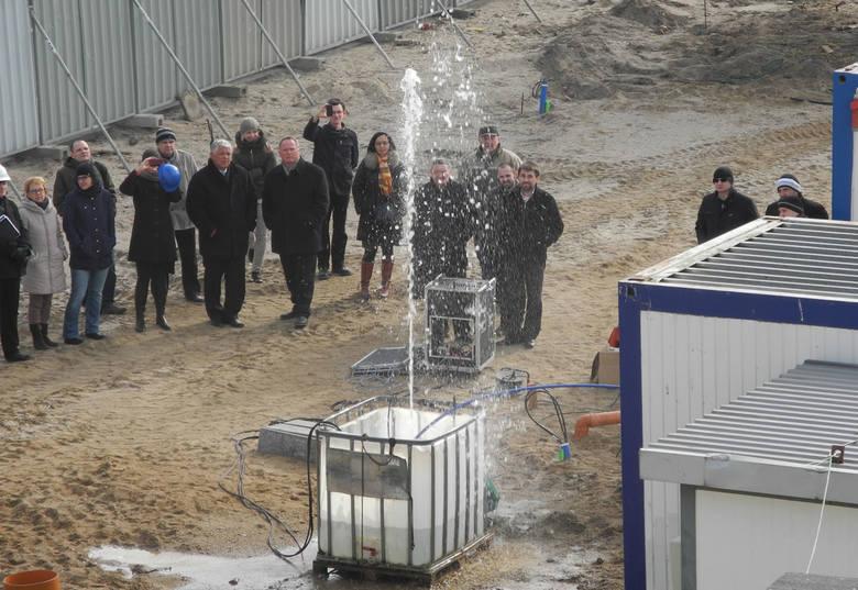 Na razie fontanny to nie przypomina - to tylko testy dysz przyszłej fontanny.