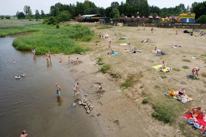 W gorące letnie dni bardzo popularna jest także dzika plaża w podbiałostockich Jurowcach. Chętnych do kąpieli nie brakuje, choć fachowej opieki ratownika