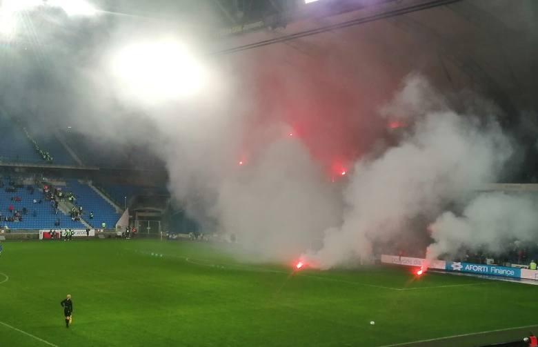 Po tym, jak fani Lechii zaczęli rzucać racami w sąsiednie sektory i murawę, sędzia przerwał mecz. Zobacz więcej zdjęć ---->
