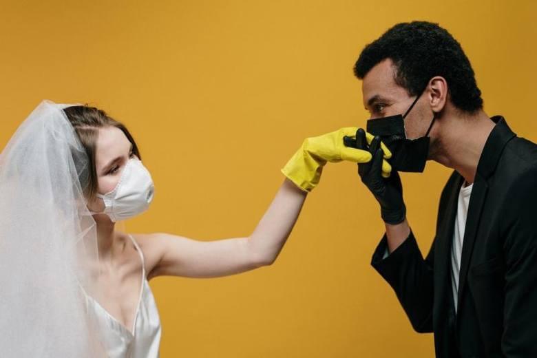 Od całowania rączek pań po seks w maseczce, czyli nieoczywiste skutki pandemii! Jak epidemia koronawirusa zmienia nasze obyczaje