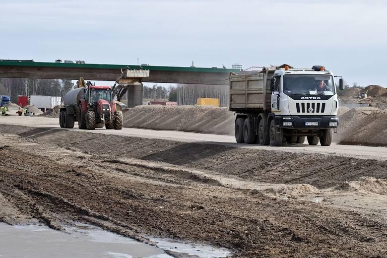 Najbardziej  zaawansowane są prace na ponad 15-kilometrowym odcinku od Wiśniewa do Mężenina wraz z obejściem tej miejscowości. Faktycznie wykonane roboty