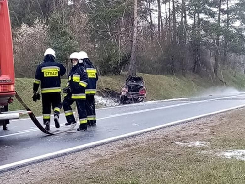 Dobrzyniewo Duże. 21-letni pijany kierowca uderzył w skarpę. Volvo zapaliło się. Straż pożarna ugasiła pożar auta
