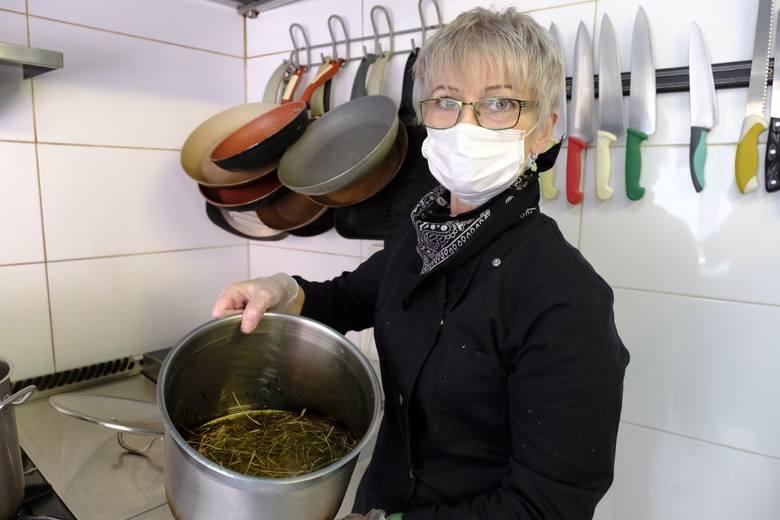 Pani Wiesława, szefowa kuchni, od kilku dni przygotowuje lokal do rozruchu.