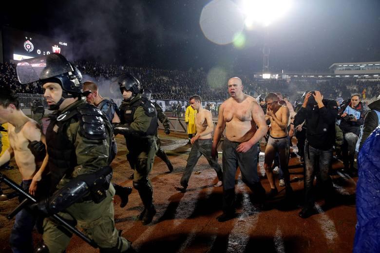 Bardzo gorąco było na trybunach podczas derbów Belgradu. W środowym meczu Partizana z Crveną Zvezdą doszło do krwawej konfrontacji między chuliganam