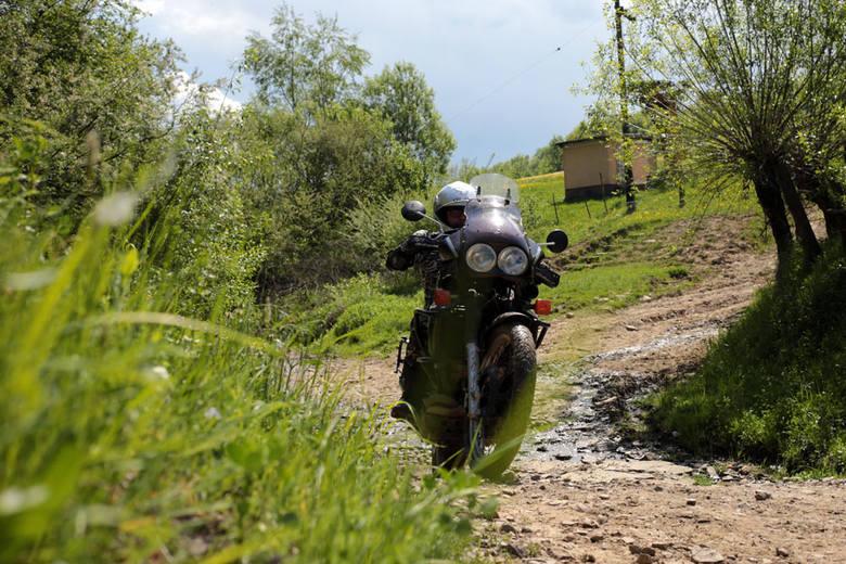 Z miejscowości Wołosianki na ukraińskim Zakarpaciu do polskiej granicy jest w linii prostej około dwóch kilometrów. Z Rzeszowa najkrótszą trasą, niewiele