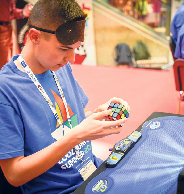 Miłośników układania kostki Rubika nie brakuje ani wśród najmłodszych, ani wśród dorosłych. W Polsce bawimy się kostką już ponad 35 lat