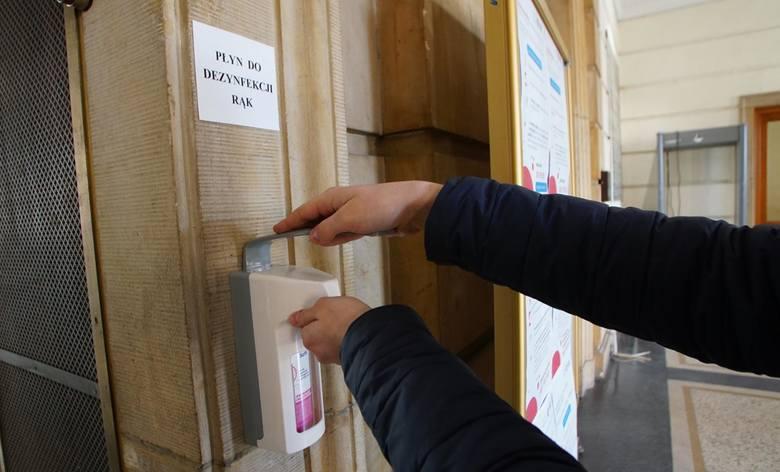 Przed wejściem do budynku powinien znajdować się płyn, by rodzice lub opiekunowie przed wejściem dezynfekowali ręce.Sprawdź, jakich zasad powinny przestrzegać