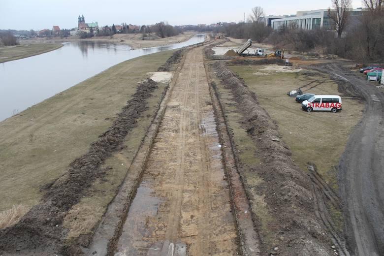 Wzdłuż rzeki powstaje właśnie kolejny odcinek pieszo-rowerowej Wartostrady. Nowy odcinek o długości 1,7 km budowany jest po prawej stronie Warty - pomiędzy