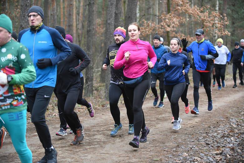 Toruńscy biegacze spędzili noworoczny poranek na trasie - w lasku Na Skarpie odbył się już 235. parkrun. Uczestnicy tradycyjnie pokonali dystans 5 kilometrów.