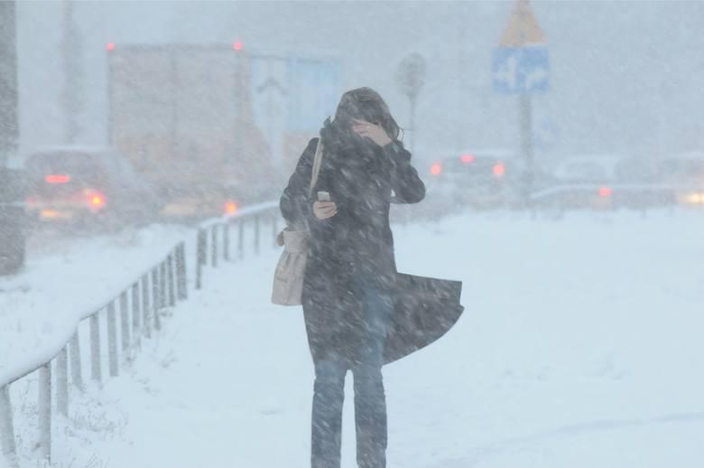 Zima ponownie zaatakowała. W niedzielę spadło sporo śniegu, wieje silny wiatr i cały czas utrzymuje się mróz. Na tym jednak nie koniec. To co najgorsze