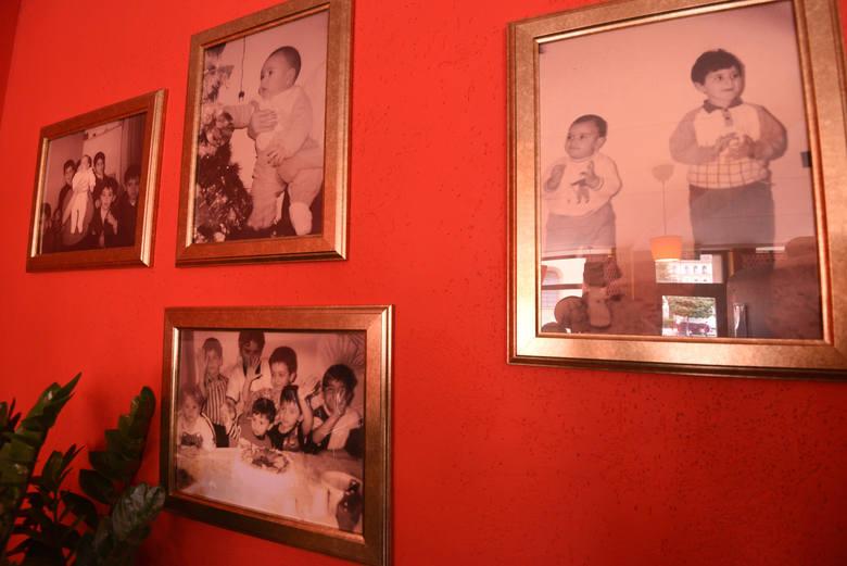 Ze fotografii na ścianie do gości uśmiecha się mały Cris.