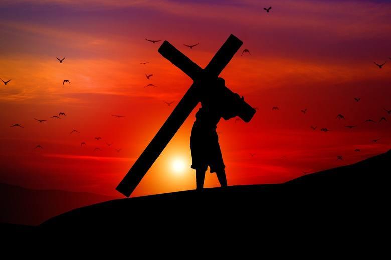 """Wielki Piątek. Śmierć Jezusa na krzyżu. """"Bóg umiera, aby żyć mógł człowiek"""". Mówią o. Emil Pacławski OFM i bp Marian Niemiec"""