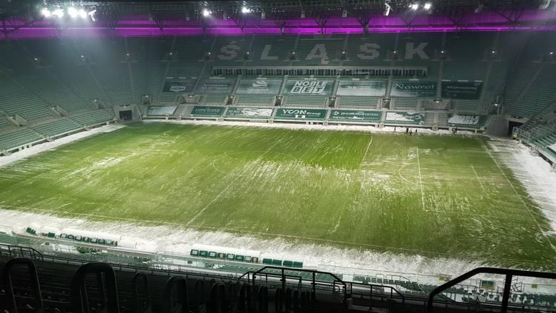 """Murawę Stadionu Wrocław odśnieżano w poniedziałek ręcznie przez 12 godzin. Efekt - na zdjęciu. Dlaczego wybrano tę metodę, a nie """"rozkręcono"""""""