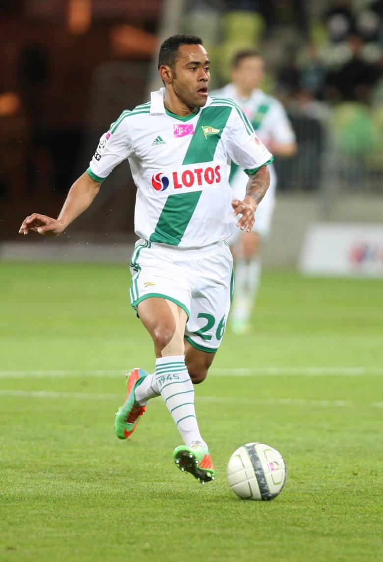 Luis Carlos Santos czyli Deleu grał w Lechii w latach 2010 - 2014. W  98 meczach zdobył 3 gole. Odszedł do Cracovii.