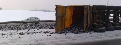 Autostrada A4 w kierunku Wrocławia zablokowana. Wywróciła się ciężarówka z węglem