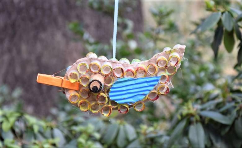 Młodzi plastycy zaskoczyli stworzonymi przez siebie ptakami, które mają… odstraszać komary!