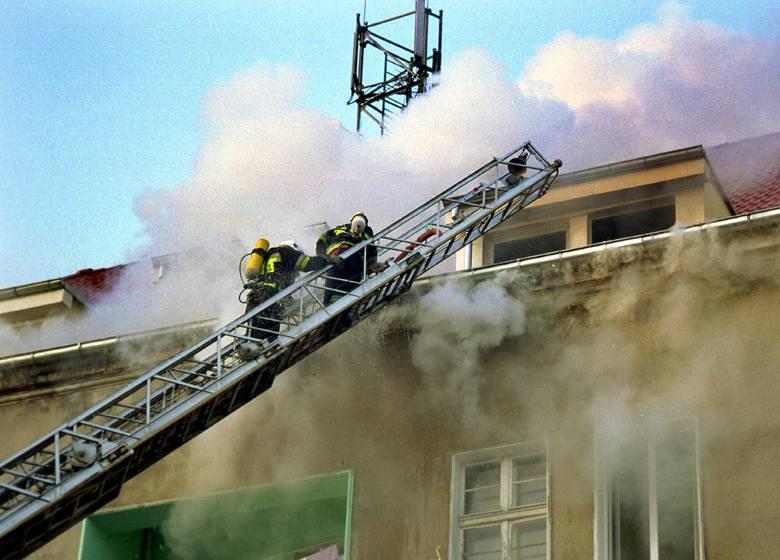 Mieszkania na poddaszu były dwupoziomowe. Aby ugasić pożar strażacy zużyli kilka ton wody.