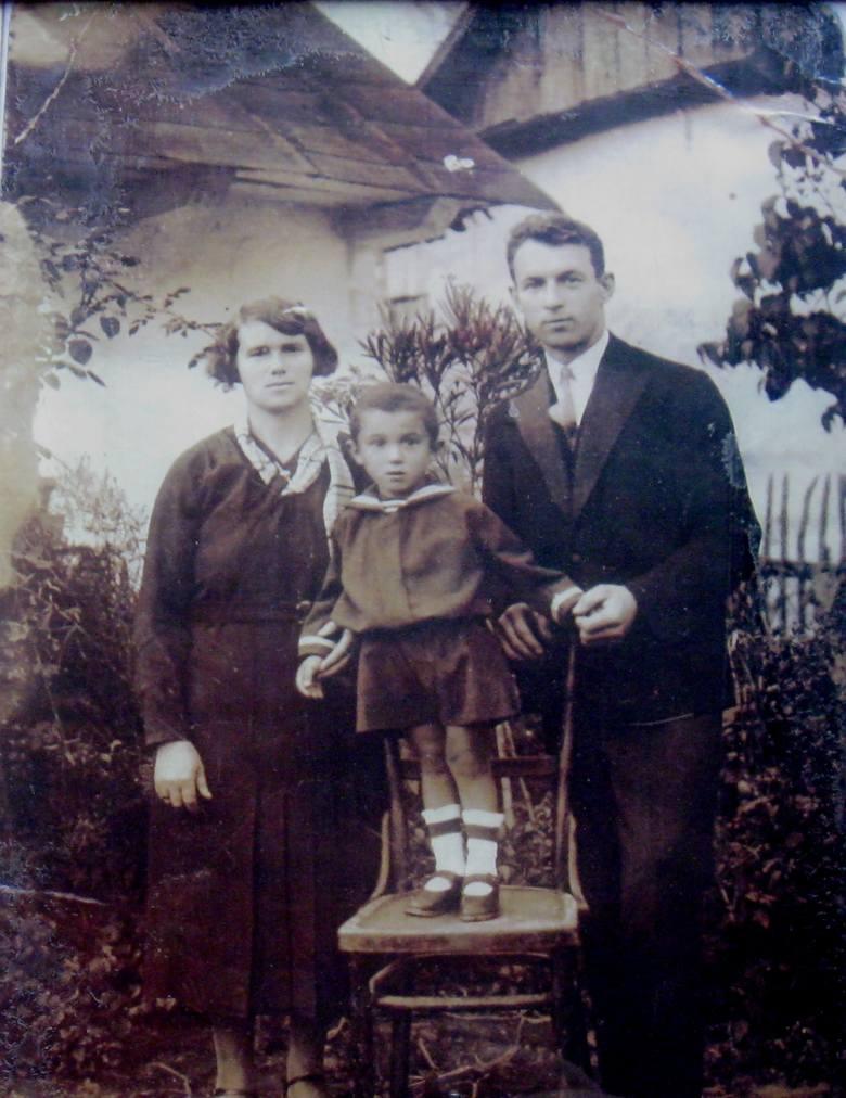 Stasio Brudny w wieku 4 lat, z rodzicami przed domem w Pilźnie