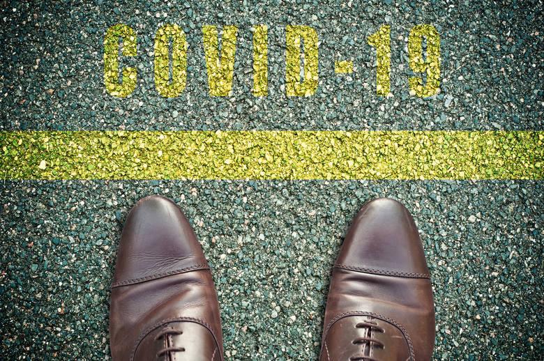 Pomimo niskiego prawdopodobieństwa zakażenia koronawirusem przez podeszwy obuwia, warto podjąć dodatkowe środki bezpieczeństwa, aby patogeny nie przedostały