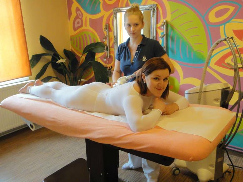 Monika podczas zabiegu wykonywanego przez Karolinę Ścibor z Pracowni Wdzięku i Urody Katarzyny Miszewskiej w Rzeszowie. Na początku miała 12 kg nadwagi,