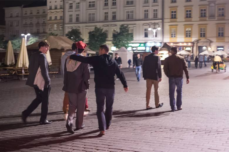 Mieszkańcy Rynku Głównego i okolicznych ulic chyba przyzwyczaili się do widoku pijackich grup. Na Mapie Zagrożeń wskazali jedynie 15 miejsc, gdzie nielegalnie