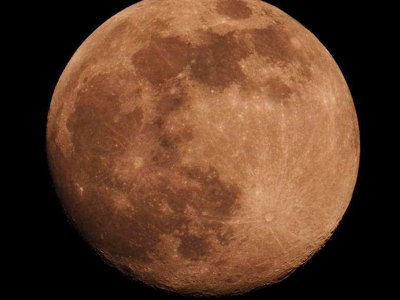 Nasz naturalny satelita nie tylko był dużo większy, ale również znacznie jaśniejszy w porównaniu do tradycyjnej pełni. Dzięki bliższej odległości Księżyca