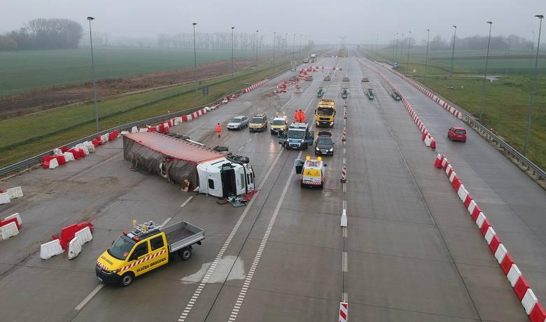 W niedzielę po godz. 4 rano, doszło do wypadku na autostradzie A4 w miejscowości Hruszowice w pow. przemyskim.- Na pasie w kierunku Krakowa, kierujący