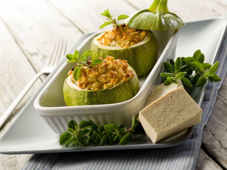 Nadziewane warzywa to wygodny posiłek diety Eco-Atkins. Do farszu można dodać np. soczewicę, posiekane orzechy lub pokruszone tofu.
