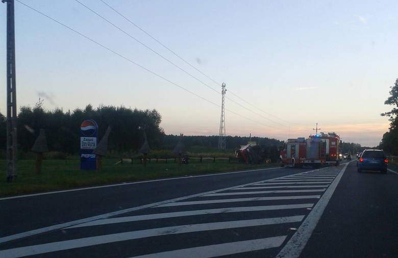 Tir przewracając się zaczepił jadącego motorowerzystę. Na miejsce zdarzenia pierwsze przyjechały wozy straży pożarnej.