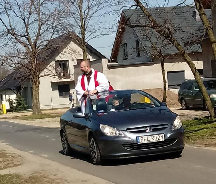 Ksiądz Piotr Górski święcił już z kabrioletu palmy w Niedzielę Palmową.