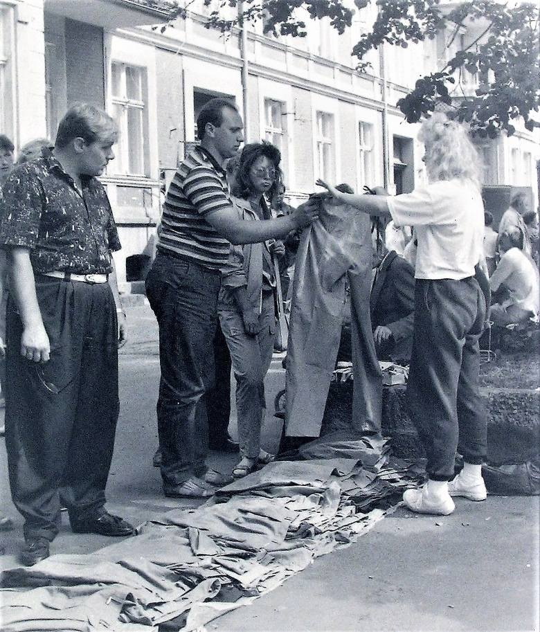 Uliczne stoisko odzieżowe na deptaku al. Wojska Polskiego wczesną jesienią 1990 roku - przymierzanie spodni