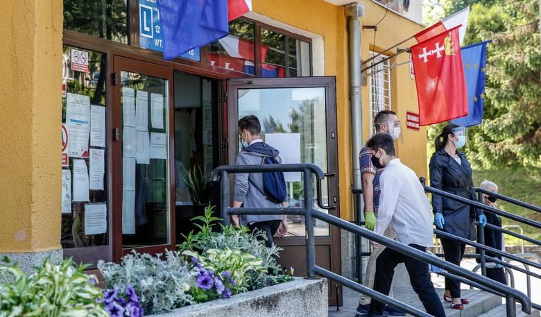 Ranking 20 najlepszych publicznych szkół podstawowych w Gdańsku - na zdjęciu egzamin ósmoklasisty 2020 w SP nr 2 (szkoła znalazła się w TOP 20 najlepszych