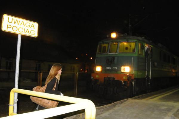 Pasażerowie odjeżdżający z dworca przed świtem lub po zmroku po ciemku pokonują przejście dla pieszych między peronami.