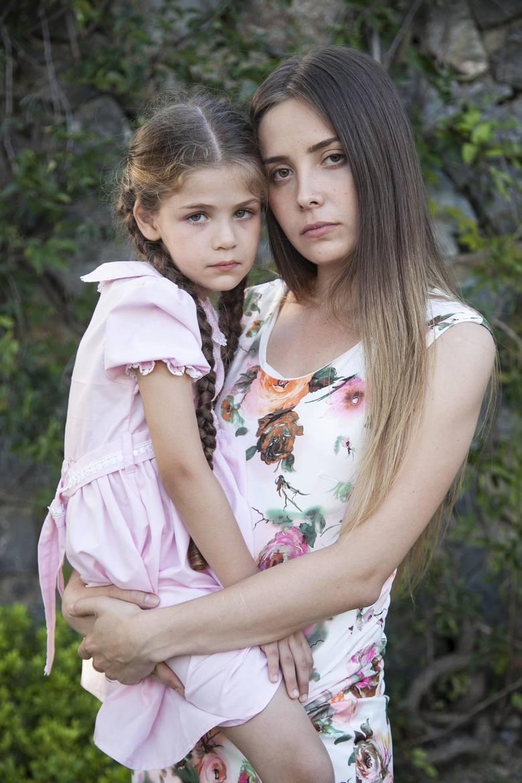Melek Şimşek (Selin Sezgin)Mama Elif. Kiedyś  była żoną Kenana, ale nie była akceptowana przez jego rodzinę. Zaszła w ciążę i odeszła od męża. Córkę