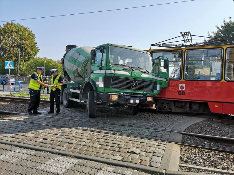Poważny wypadek w Grudziądzu. Na skrzyżowaniu ul. Chełmińskiej i Tytoniowej tramwaj zderzył się z betoniarką. Cztery osoby są ranne.AKTUALIZACJA. GODZ.