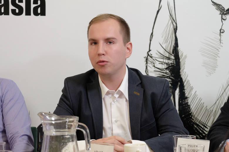 Gdy Adam Andruszkiewicz zaczynał karierę w parlamencie, w oświadczeniu z 2015 roku poinformował, że ma 20 tys. zł oszczędności. Z kolei źródłem jego