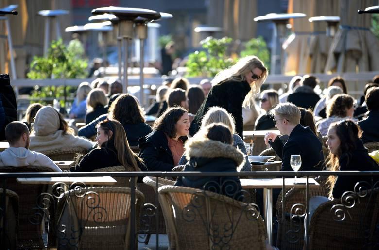 Koronawirus: Szwecja bez blokad gospodarczych i społecznych, nieliczne ograniczenia. Czy ta strategia walki z epidemią będzie skuteczna?