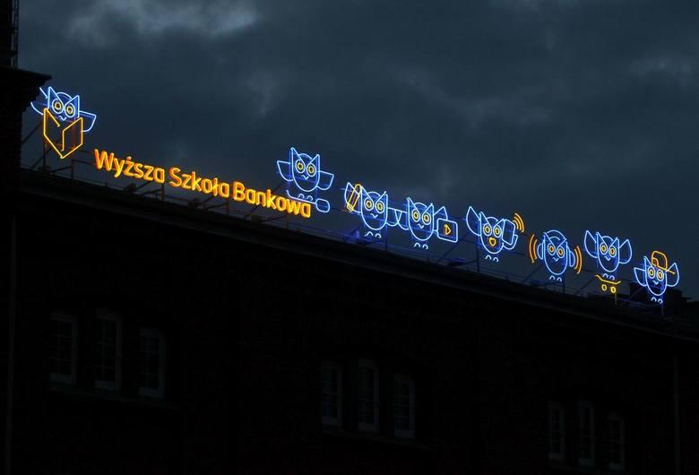 W Poznaniu można podziwiać nowy neon. Znajduje się na ceglanym budynku przy ul. Ratajczaka, naprzeciwko Starego Browaru. Jego autorem jest Maciej Burda,