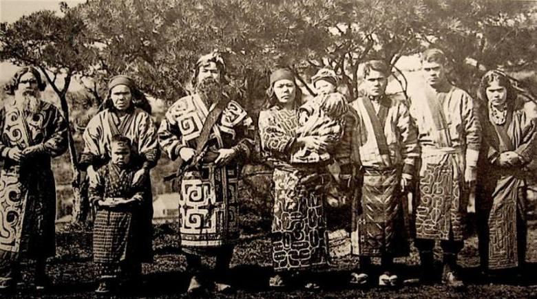 Pochodzenie ludu Ajnów, którego poznaniem zajmował się Bronisław Piłsudski, do dziś nie jest wyjaśnione