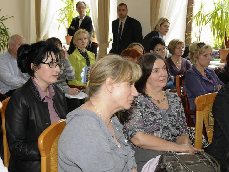 Obradom komisji edukacji przysłuchiwali się licznie przybyli rodzice i nauczyciele.