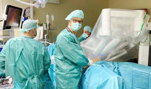– Precyzyjne zabiegi wykonywane z pomocą robota przez chirurgów, urologów, ginekologów wznoszą bezpieczeństwo pacjentów na zupełnie nowy poziom. Operacje są zdecydowane mniej inwazyjne, rany goją się szybciej, mniejszy jest ból poopercyjny, mniejsza utrata krwi, a przede wszystkim mniejsze ryzyko...