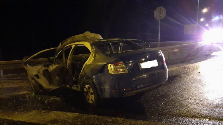 Osobówka, po zderzeniu z ciężarową scanią, uderzyła w barierki i zapaliła się. Podróżowały nią 4 osoby, w tym dwoje dzieci.