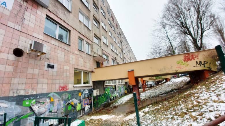 Blok mieszkalny (z drugiej strony na parterze jest m.in. bank) przy ul. Chopina, do którego wchodzi się przez taki oto most.