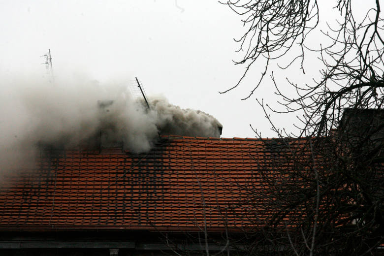 Powiat myślenicki. Strażacy co chwilę gaszą pożary sadzy w kominach. Apelują do mieszkańców