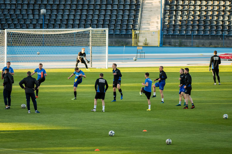 Zawisza Bydgoszcz kontynuuje treningi po okresie przymusowego przestoju. W poniedziałkowy wieczór doszło do zajęć na głównej płycie stadionu przy ul.